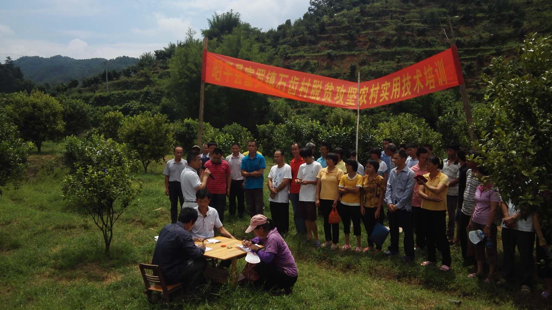 图为石齿村第一书记莫善安鼓励学员们大力发展种养产业.jpg